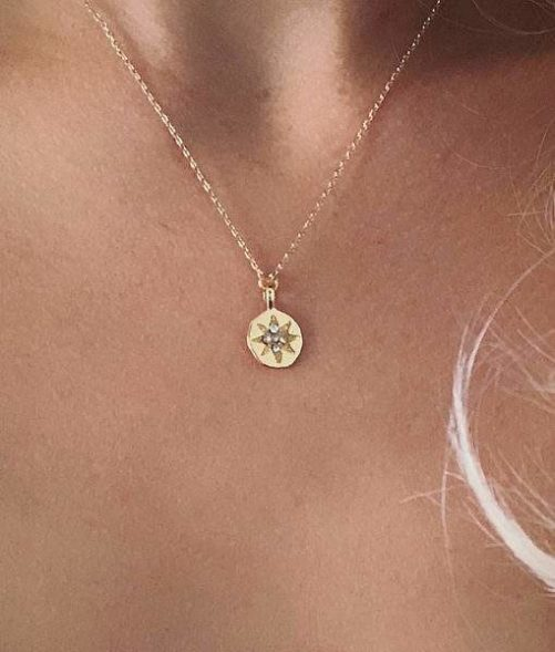collier medaille femme tendance